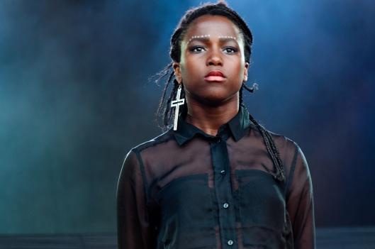 Sabina Ddumba och Tensta Gospel showade in som Public Enemys Black Panthers-dansare