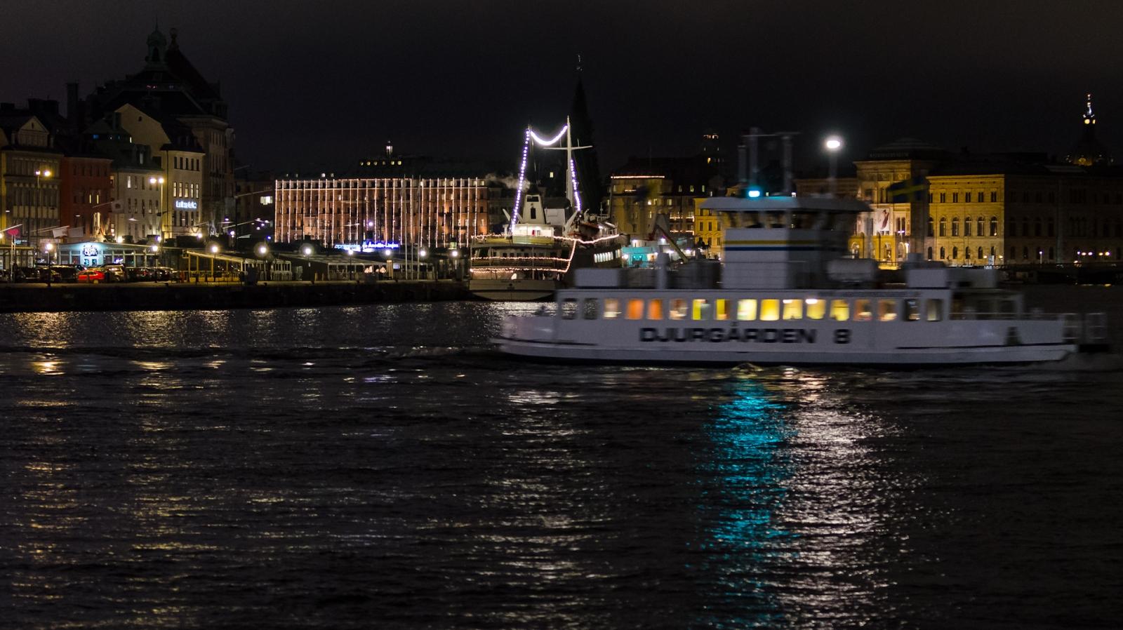 Djurgårdsbåt framför Strandvägen - observera LED-hysterin på Grand Hotel