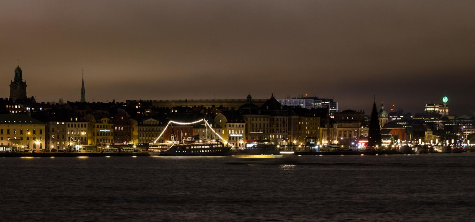 Skeppsbron i vintermörker, Stenbecks vulgogran ännu inte tänd