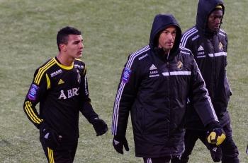 Nabil Bahoui och två bänkbackar i täckjacka - Majstorovic & Owusu