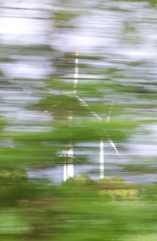 Blåser förbi ett vindkraftverk