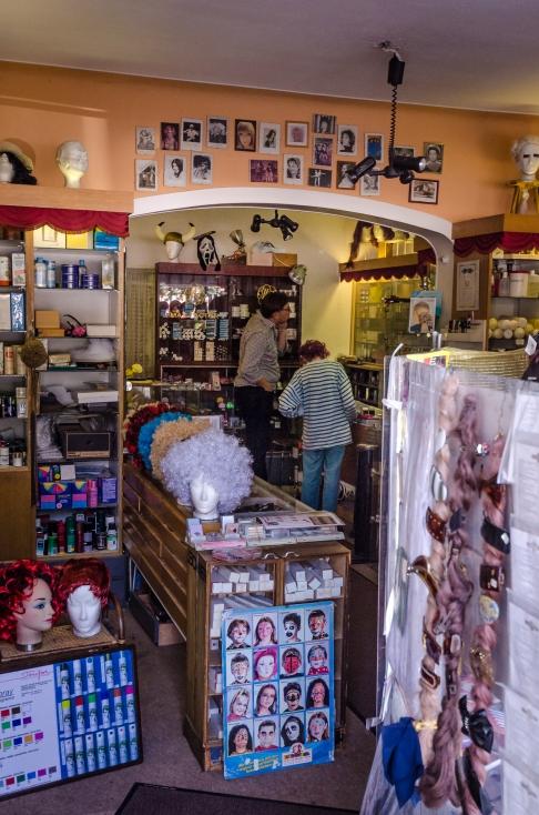 Uråldrig teaterbutikstant säljer antik parfym