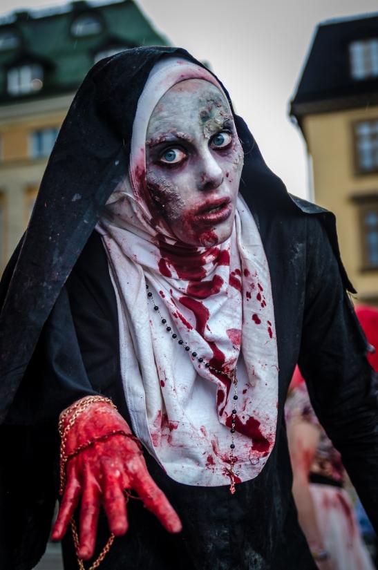 Bör jag söka hjälp om jag blir blixtkär i en odöd nunna?