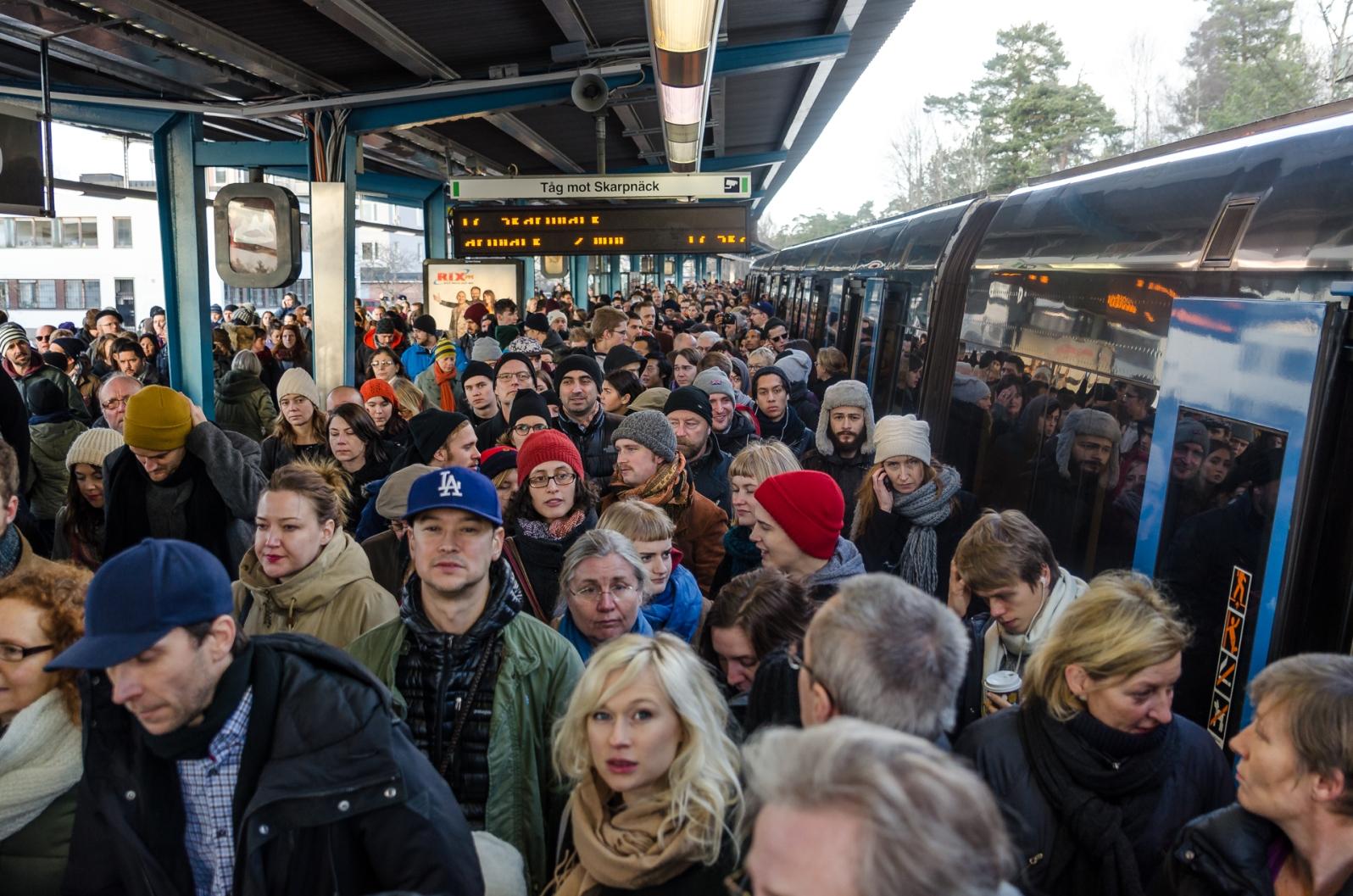 På Kärrtorps station var det kö för att komma ut till torget