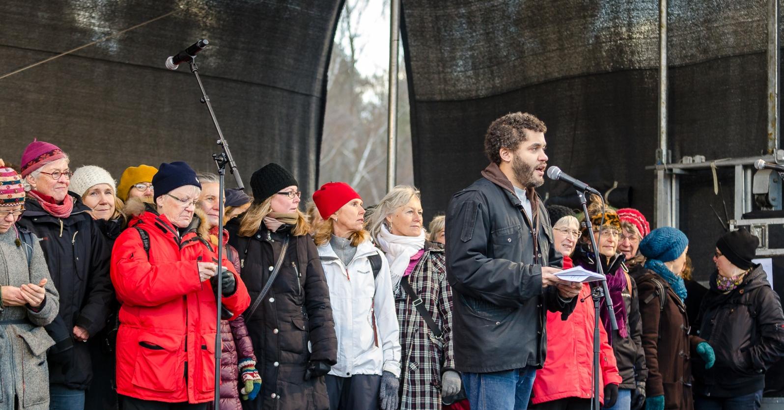 Nathan Hamelberg framför Kärrtorps teaterkör