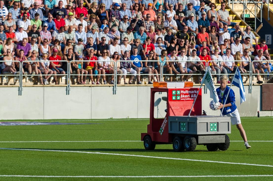 Matchbollen levereras i låtsaslastbil. Jo, på riktigt.