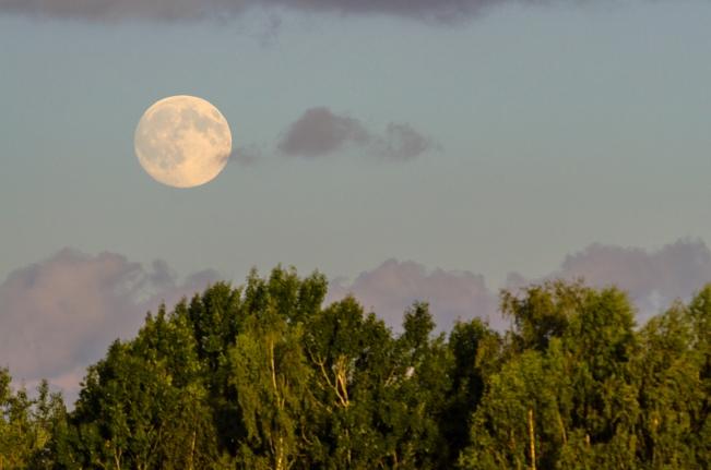 Supermånen hänger över höglandet