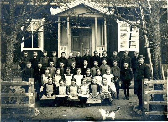 Morfar på tredje raden längst till vänster, 1918? Också: epic cat photobomb