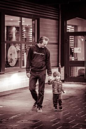Far-och-son-promenad vid bilpaus