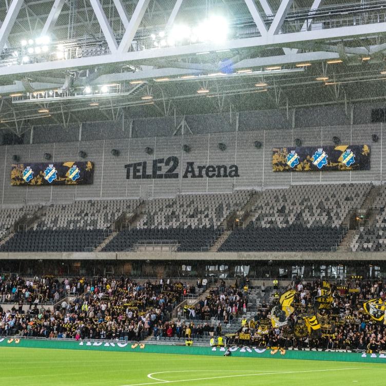 Svart-gult passar bra i grå arena