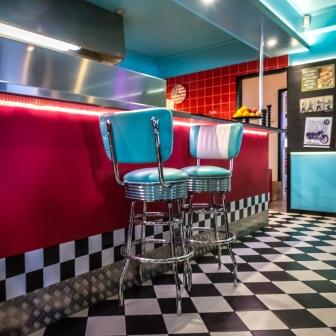 Tar en milkshake på Diner 45