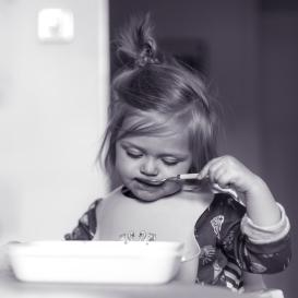 Lou äter själv
