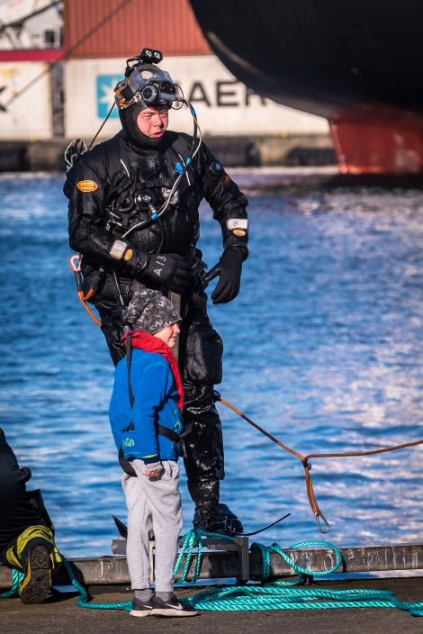 Lokal dykare med beundrare
