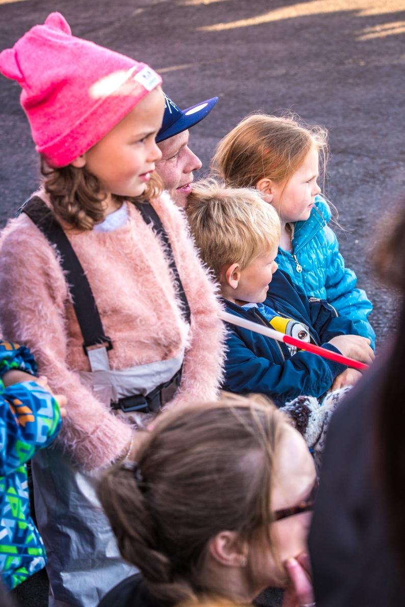 Barn tittar på avstånd
