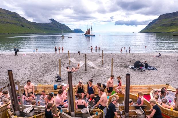 Svenska badtunnor på festivalstranden