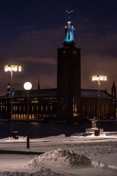 Stadshuset och snöhög