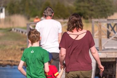 Familj på väg hem