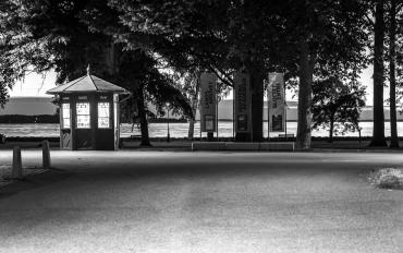 stängd kiosk i slottsparken